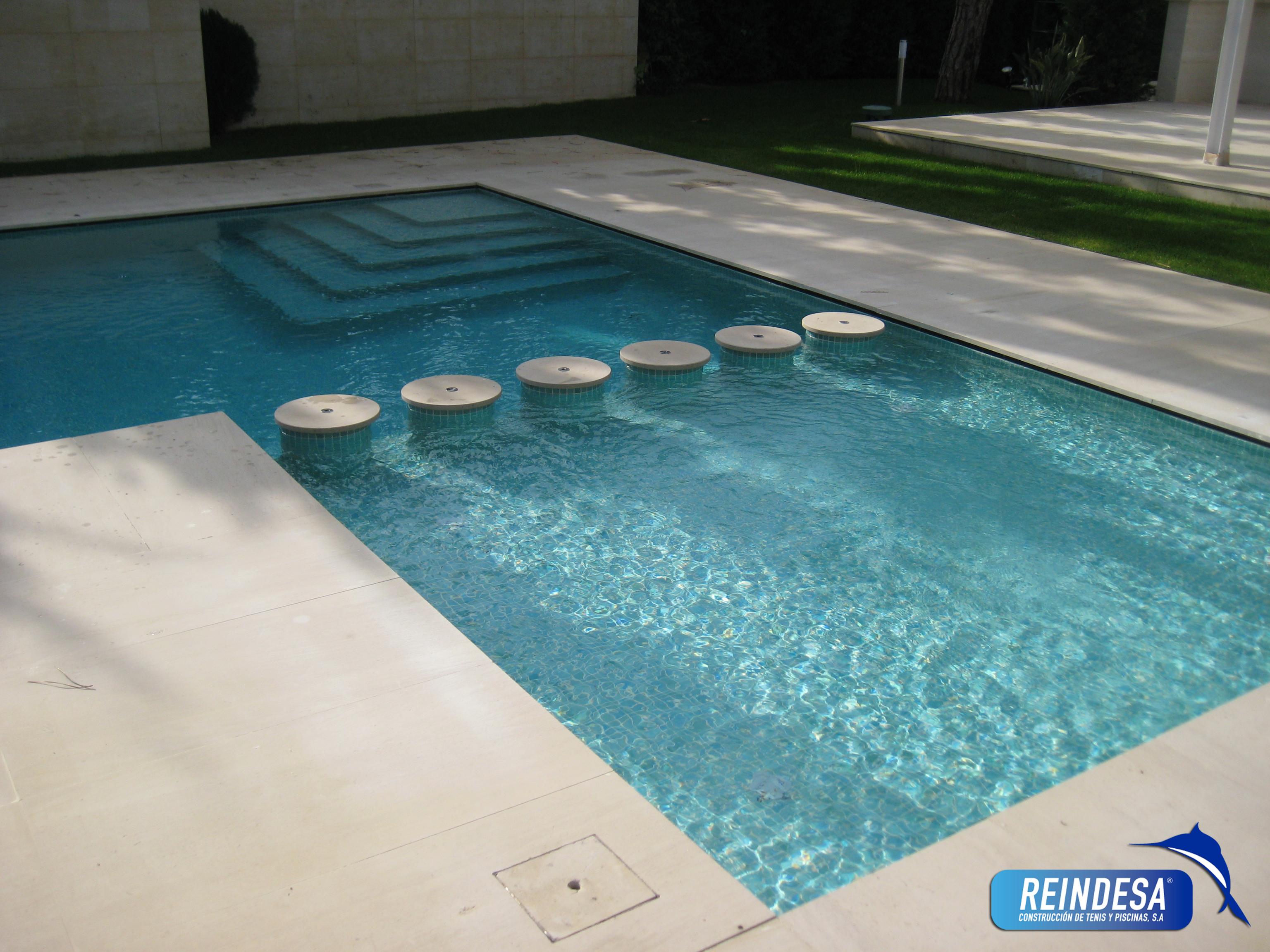 Construccion de tenis y piscinas s a reindesa for Gresite piscinas colores