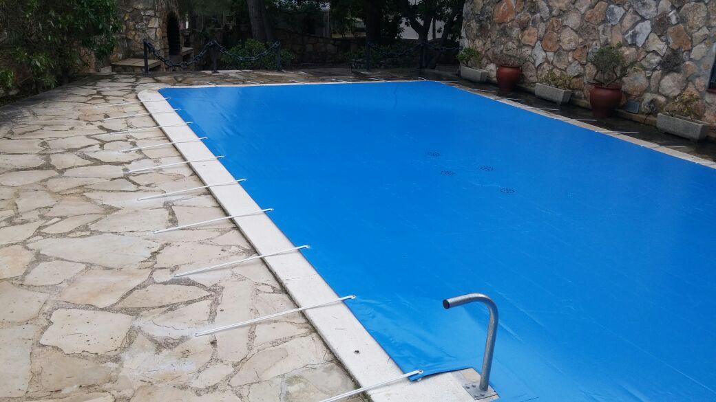 Coberto anclajes para proteger las piscinas en invierno