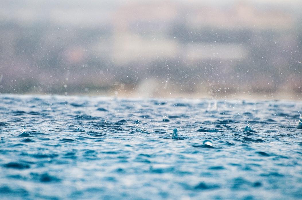 piscina y lluvia