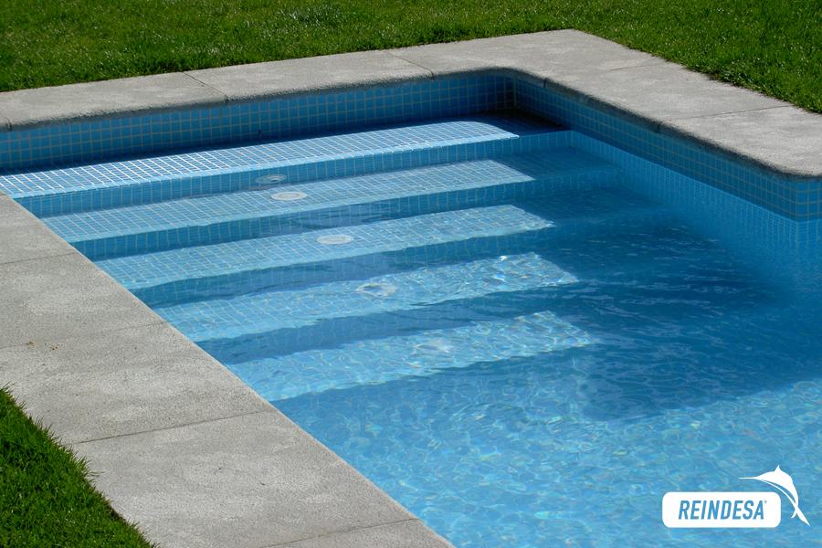 Reindesa detalles acabados for Escaleras para piscinas de obra