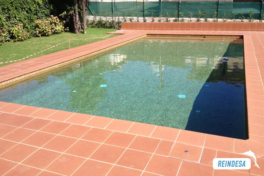 Reparacion de piscinas rehabilitacion piscinas hormigon for Colocar gresite piscina